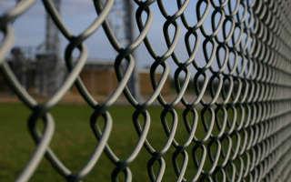 Забор из сетки рабицы своими руками — пошаговая инструкция
